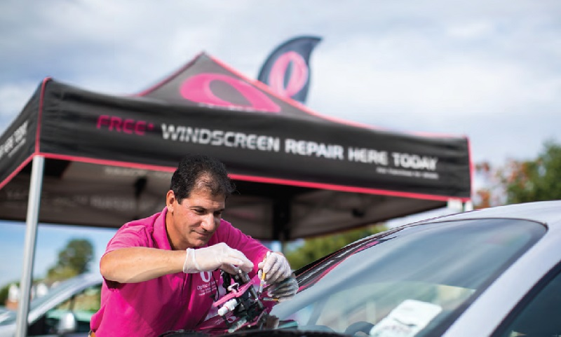 optic-kleer franchisee repairing a car windscreen